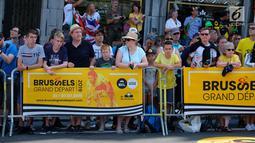 Sejumlah warga menyaksikan Tour de France (TdF) 2019 yang dari kota Brussels, Belgia (6/7/2019). Tour de France 2019 akan menempuh jarak total 3.640 km terbagi 21 etape dan akan  mencapai finis akhir  di Paris ibuk ota Prancis Minggu 28 Juli 2019. (Liputan6.com/HO/Arie Asona)
