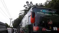 Seorang personel Polres Tapanuli Utara, Sumatera Utara, meninggal dunia saat hendak menyelamatkan rombongan jemaah calon haji dari kemacetan di Jalur Lintas Sumatera. (Liputan6.com/Reza Efendi)