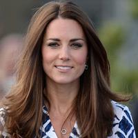 Meskipun dengan gaya yang simple, Kate Middleton masih terlihat anggun. (via pagesix.com)