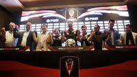 Panitia penyelenggara dan perwakilan klub peserta Piala Presiden 2019 foto bersama di Hotel Sultan, Jakarta, Selasa (19/2). Sebanyak 20 klub akan tampil dalam Piala Presiden yang akan di mulai pada 2 Maret 2019. (Bola.com/M. Iqbal Ichsan)