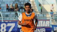 Alfin Tuasalamony saat berlatih bersama Arema FC. (Bola.com/Iwan Setiawan)