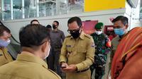 Wali Kota Bogor Bima Arya sedang mengecek kesiapan Mal BTM yang mengajukan izin kembali buka, Selasa (9/6/2020). Salah satu mal di Kota Bogor ini tutup selama tiga bulan untuk mencegah penularan Covid-19. (Achmad Sudarno/Liputan6.com)