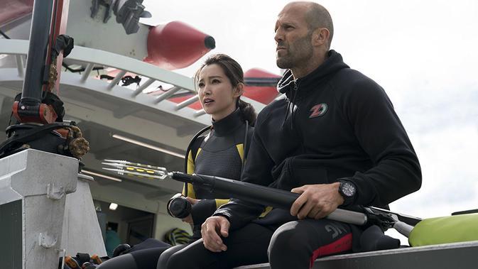 Li Bingbing dan Jason Statham dalam The Meg (Daniel Smith/ Warner Bros)#source%3Dgooglier%2Ecom#https%3A%2F%2Fgooglier%2Ecom%2Fpage%2F%2F10000