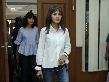 Pemain sinetron Kirana Larasati saat memasuki ruang sidang di Pengadilan Negeri Jakarta Selatan, Kamis (18/5). Kirana Larasati menjalankan sidang perdana cerai tanpa dihadiri suaminya Tama Gandjar dengan agenda mediasi. (Liputan6.com/Herman Zakharia)