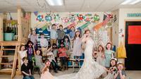 Guru Sekolah Dasar di Arkansas mengenakan gaun pengantin bersama murid-muridnya sebelum pernikahannya berlangsung (Dok.Facebook/Flying Pig Photography)