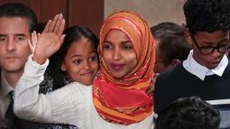 Senator Amerika Serikat (AS) Ilhan Omar melambaikan tangan saat mengikuti pelantikan di Gedung Kongres AS, Capitol, Washington, Kamis (3/1). Omar adalah perempuan berhijab pertama yang masuk ke Senat AS. (Glen Stubbe/Star Tribune via AP)