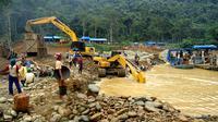 Aktivitas penambangan emas liar di sungai Batanghari, Jambi. (Bangun Santoso/Liputan6.com)