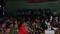 Presiden Joko Widodo bersama jajaran TNI, Polri dan masyarakat Bogor nonton bareng film 'Pengkhianatan G30S/PKI' di Bogor (29/9). (Foto: Laily Rachev - Biro Pers Setpres)