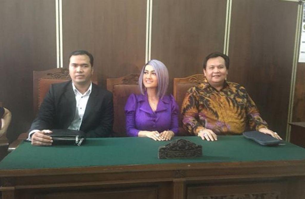Julia Perez dan kuasa hukumnya, Minola Sebayang di Pengadilan Negeri Jakarta Selatan [foto: instagram/juliaperrezz]