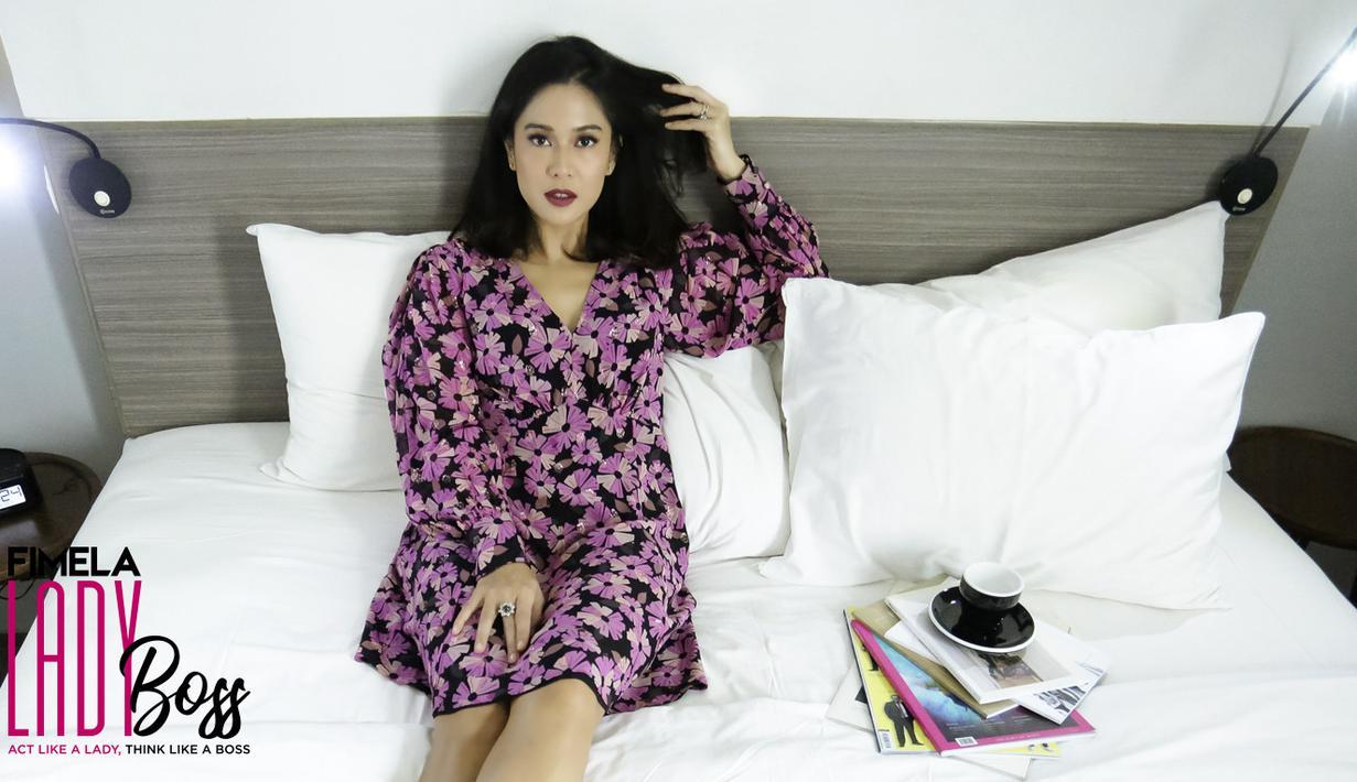 Dian Sastrowardoyo, menjadi salah satu perempuan yang diidolakan karena kesuksesannya berada di dunia hiburan namun tidak mengabaikan peran utamanya menjadi ibu. Berada di fase sekarang, tentu banyak cara yang dilaluinya. (Bambang E.Ros/Fimela.com)
