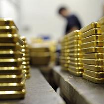 Aksi jual terjadi dan kekhawatiran terhadap situasi ekonomi China membuat harga emas turun 0,5 persen menjadi US$ 1.153,60 per ounce.