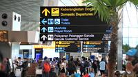 Ratusan penerbangan di Bandara Soetta terdampak dari ribuan massa simpatisan yang hendak menyambut kepulangan Rizieq Shihab. (Liputan6.com/Pramita Tristiawati)