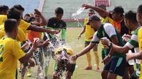 Abu Rizal Maulana saat merayakan ultah bersama rekan satu tim di Persebaya, Selasa (27/8/2019). (Bola.com/Aditya Wany)