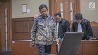 Terdakwa kasus dugaan suap proyek PLTU Riau-1 Idrus Marham menuju kursi persidangan untuk menjalani sidang putusan di Pengadilan Tipikor, Jakarta Pusat, Selasa (23/4/2019). Idrus Marham mendapat vonis tiga tahun penjara dan denda Rp 150 juta subsidier dua bulan kurungan. (Liputan6.com/Faizal Fanani)