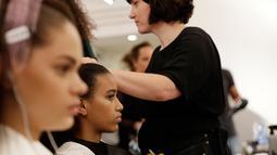 Sejumlah model saat ditata rambutnya di belakang panggung sebelum presentasi busana koleksi Spring-Summer 2018 Versace di Milan, Italia (17/6). Presentasi Spring-Summer 2018 Versace merupakan bagian dari Milan Fashion Week. (AP Photo/Antonio Calanni)