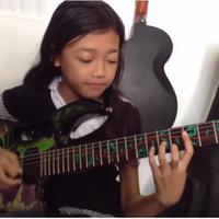 Kepintaran Ayu Guzfans bermain gitar listrik membuat kagum para netizen dari Indonesia dan juga luar negeri.