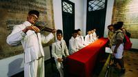 Sejumlah pelajar melihat biola milik WR. Supratman saat menciptakan lagu Indonesia Raya yang juga dikumandangkan saat kongres Sumpah Pemuda, Jakarta, Rabu (29/10/2014). (Liputan6.com/Faizal Fanani)