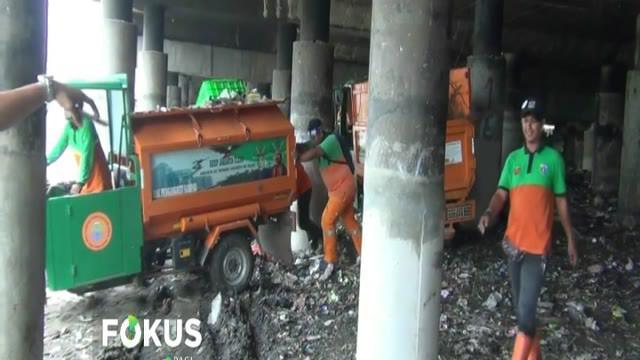 Hingga Selasa siang, sedikitnya 180 meter kubik sampah sudah diangkut dari kawasan ini. Petugas menargetkan pembersihan di kolong Tol Wiyoto Wiyono selama satu minggu.
