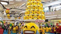 Dekorasi Natal menghiasi mal di daerah Kemang, Jakarta, Senin (16/12/2019). Sejumlah pusat perbelanjaan, restoran, kafe, dan pusat hiburan lainnya di Jakarta berlomba-lomba membuat dekorasi Natal untuk memikat pengunjung. (Liputan6.com/Faizal Fanani)