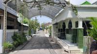 Jenazah ibunda Presiden Jokowi, Sujiatmi Notomiharjo akan disalatkan di Masjid Baiturrachman Gayamsari, Banyuanyar, Solo. (Fajar Abrori/Liputan6.com)
