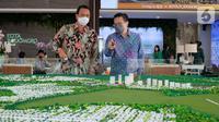 Marketing Director Agung Podomoro Group Agung Wirajaya (kiri), Assistant VP Marketing Kota Podomoro Tenjo Zaldy Wihardja (kanan) berbincang di sela-sela peresmian galeri marketing dan cluster premium terbaru di wilayah Tenjo, Jabar (27/03/2021). (Liputan6.com/HO/Ading)