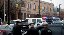 Petugas keamanan setempat memeriksa lokasi penembakan di Great Mills High School di Maryland, AS (20/3). Dua korban masih dalam perawatan di rumah sakit. (AP Photo / Alex Brandon)