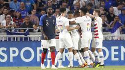 Para pemain Amerika Serikat merayakan gol saat melawan Prancis pada laga uji coba di Groupama stadium, Decines, Lyon (9/6/2018). Prancis dan Amerika bermain imbang 1-1. (AP/Laurent Cipriani)