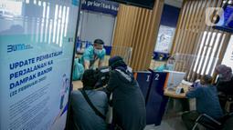 Calon penumpang melakukan pembatalan perjalanan kereta api di Stasiun Pasar Senen di Jakarta, Senin (22/2/2021). Pada Stasiun Pasar Senen tujuh kereta api akibat perawatan pada sejumlah lintasan rel kereta api yang terendam banjir. (Liputan6.com/Faizal Fanani)