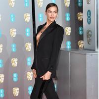 Irina Shayk memakai Burberry di BAFTA (Dok. Burberry)