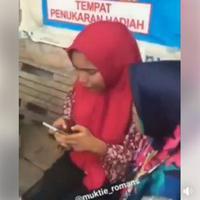 Jadi korban perampokan, sambil menangis tersedu-sedu, ibu ini sibuk memainkan handphonenya. Videonya pun viral! (Foto: Facebook)