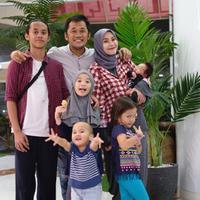 Dengan metode menyenangkan tersebut, anak-anak Zaskia Adya Mecca dan Hanung Bramantyo itu tidak hanya sekedar bisa membaca, tapi juga memahami kandungannya. (Instagram/zaskiadyamecca)