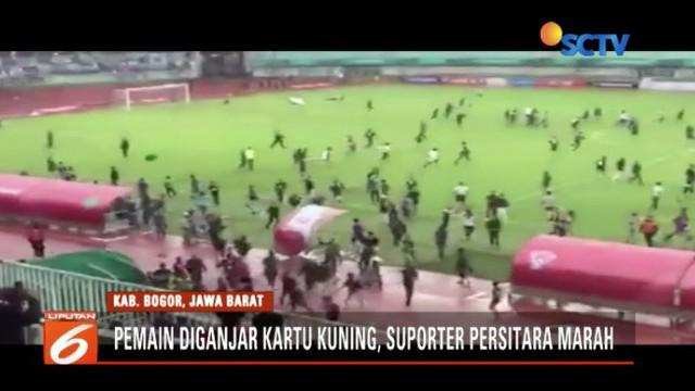 Tak terima pemain diganjar kartu kuning, suporter Persita dan Kalteng Putra ricuh turun ke lapangan.