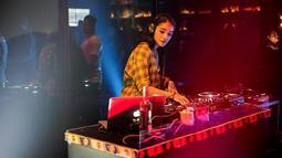 Tak melulu berpakaian seksi seperti kebanyakan DJ lainnya, saat di atas panggung Sheila juga sering kenakan casual. Penampilannya pun semakin ciamik Siapa yang tak terpesona dengan artis cantik yang satu ini?(Liputan6.com/IG/@itssheilamj)