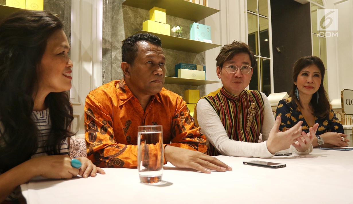 Perwakilan proyek film Mansinam (Man Is Man) Yudhi Purwanto Harjono (dua kanan) bersama Izaak Wondiwoy, Martha Limahelu, dan Deborah Caroline memberi keterangan di Jakarta, Minggu (12/5/2019). Film akan bercerita tentang perjalanan dua orang Belgia ke Mansinam tanah Papua. (Liputan6.com/Johan Tallo)