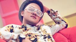 Enggak melulu topi baseball, Runner Up di D'Academy 2 ini terkadang menggunaan topi fedora. Bergaya vintage, penampilan prsenter sekaligus penyanyi ini terlihat serasi dengan kacamata unik. (Liputan6.com/IG/@da2_danang)