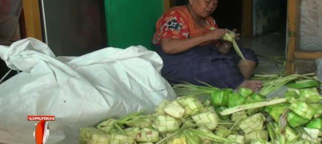 Mendekati Lebaran ini, setiap pengrajin ketupat mampu memproduksi sedikitnya seribu ketupat dalam sehari.