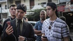 Ahmad Dhani dan Al Ghazali bersiap menjalani sidang lanjutan kasus ujaran kebencian (Hate Speech) di media sosial Twitter di PN Jakarta Selatan, Senin (30/4).  Sidang tersebut beragendakan tanggapan Jaksa penuntut umum. (Liputan6.com/Faizal Fanani)