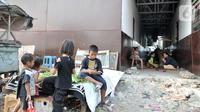 Aktivitas warga di rumah penampungan sementara Kampung Akuarium, Penjaringan, Jakarta Utara, Senin (14/10/2019). Selama tinggal di rumah penampungan sementara, warga mengaku harus membayar air PAM sekitar Rp 70 ribu per bulan dan listrik rata-rata Rp 90 ribu per bulan. (merdeka.com/Iqbal Nugroho)