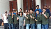 Sejumlah pengurus Viking Persib Club berfoto dengan Wali Kota Bandung Oded M. Danial setelah menggelar audiensi di Balai Kota Bandung, Selasa (21/1/2020). (Liputan6.com/Huyogo Simbolon)