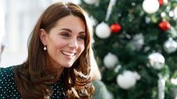 Kate Middleton tersenyum saat mengunjungi Rumah Sakit Anak Evelina di London, Inggris (11/12). Kate Middleton yang bergelar Duchess of Cambridge ini, diresmikan sebagai patron RS anak tersebut. (Chris Jackson/Pool via AP)
