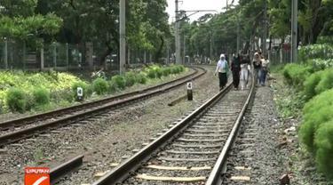 Kabel listrik putus, kereta Commuter Line jurusan Tanah Abang-Rangkas Bitung terhenti di Stasiun Palmerah, Jakarta Pusat.