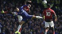 Penyerang Chelsea, Eden Hazard, duel udara dengan gelandang Manchester United, Ashley Young, pada laga Premier League di Stadion Stamford Bridge, Sabtu (20/10/2018). Kedua tim bermain imbang 2-2. (AP/Matt Dunham)