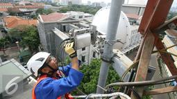 Pemeriksaan dilakukan untuk mengantisipasi lonjakan trafik jelang Natal dan Tahun Baru, Jakarta, Jumat (16/12). Diharapkan momen penting tersebut bisa tetap terjalin dengan komunikasi via layanan suara, SMS ataupun data.(Liputan6.com/Angga Yuniar)