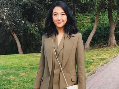 Aktris, penyanyi sekaligus penulis lagu ini tampil formal dengan setelan jas berwarna dark olive green. Penampilan Sherina semakin menawan dengan makeup natural. (Liputan6.com/IG/@sherinasinna)
