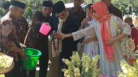 Ziarah ke Makam Ainun, Habibie Pakai Sarung dan Jas Hitam (Foto: Merdeka/Nur Habibie)