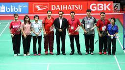 Presiden Jokowi (belakang tengah) foto bersama sejumlah atlet dan menteri usai meresmikan hasil renovasi Istora Senayan, Jakarta, Selasa (23/1). Istora Senayan akan menjadi salah satu arena Asean Games 2018. (Liputan6.com/Angga Yuniar)