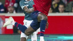 Penyerang Lille, Nicolas Pepe menggiring bola saat bertanding melawan Nantes pada Liga Prancis di stadion Lille Metropole, Prancis pada 22 September 2018. Pemain Pantai Gading itu diboyong dengan harga 72 juta paun atau sekitar Rp 1,2 triliun. (AP Photo/Michel Spingler)