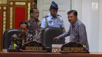 Presiden Joko Widodo didampingi Wapres Jusuf Kalla berisap memimpin rapat terbatas persiapan Asian Games 2018, Jakarta, Senin (28/5). Rapat tersebut untuk memastikan persiapan pesta olahraga terbesar di Asia berlangsung lancar. (Liputan6.com/Angga Yuniar)