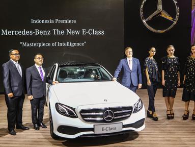 CEO Mercedez Benz Distribution Indonesia dan Director bersama sejumlah model foto bersama saat peluncuran 7 mobil terbaru Mercedes Benz di Gaikindo Indonesia International Auto Show (GIIAS), ICE BSD, Tangsel, Kamis (11/8). (Liputan6.com/Fery Pradolo)