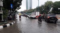 Banjir di traffic light Kuningan arah Mampang, Jakarta Selatan. (Twitter @tmcpoldametrojaya)